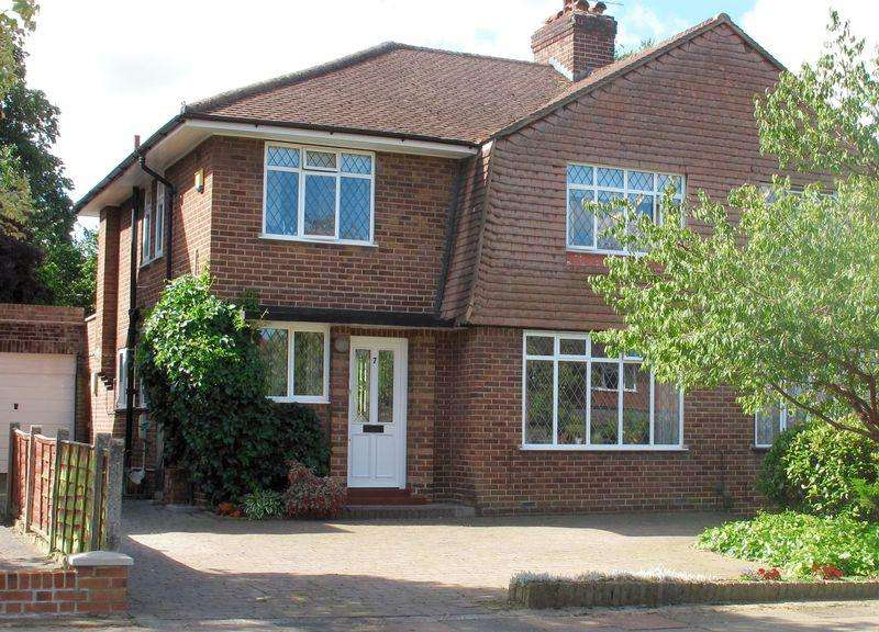 3 Bedrooms Semi Detached House for sale in The Spinney, Sidcup
