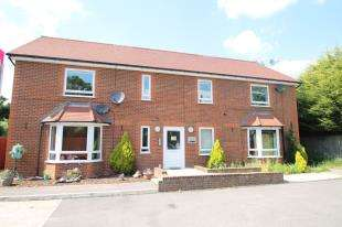 2 Bedrooms Flat for sale in Lawrence House, Denton Close, Redhill, Surrey