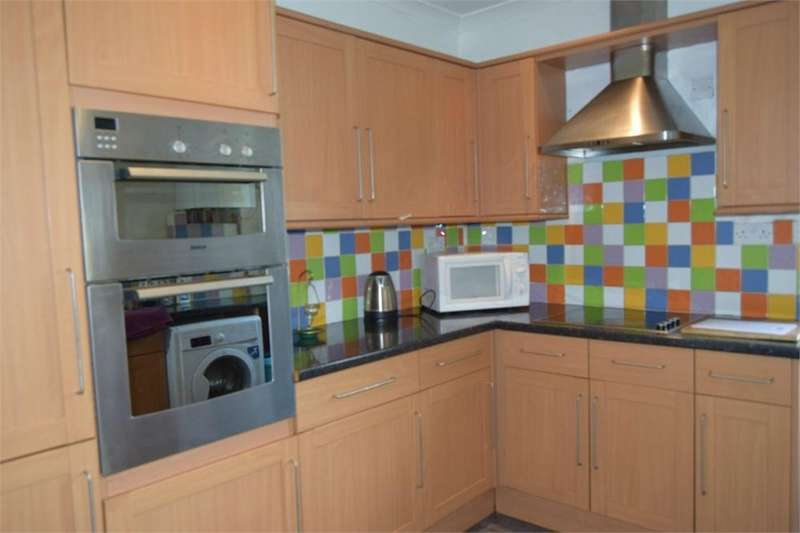 4 Bedrooms Terraced House for rent in Hanworth Road, Hounslow, Middlesex