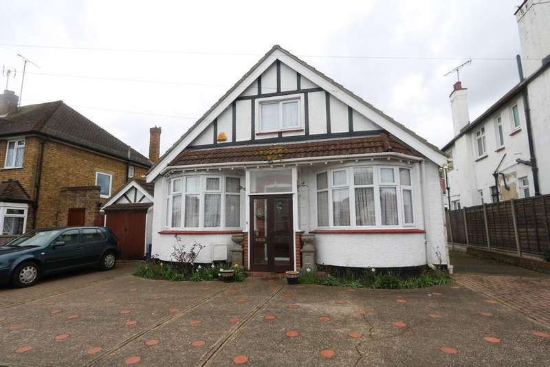 4 Bedrooms Chalet House for sale in Scarborough Drive, Leigh-On-Sea SS9