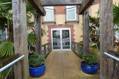 2 Bedrooms Flat for rent in Quebec Quay, L3