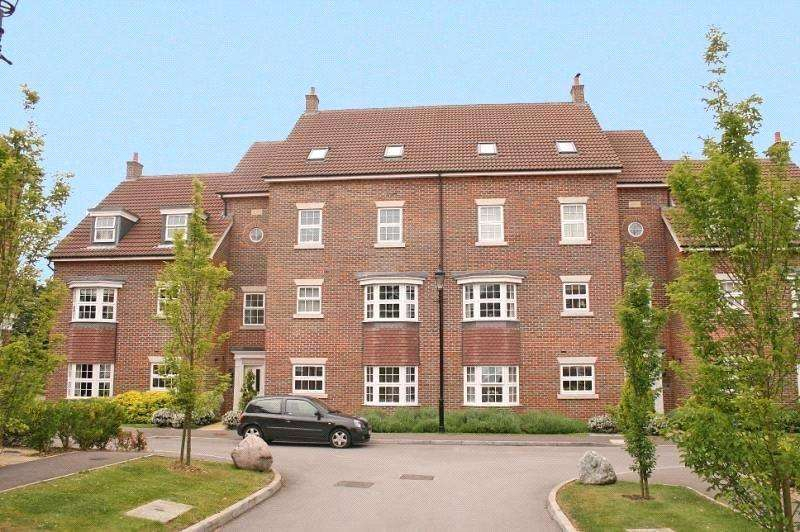 2 Bedrooms Flat for sale in De Soissons Close, Welwyn Garden City, Hertfordshire