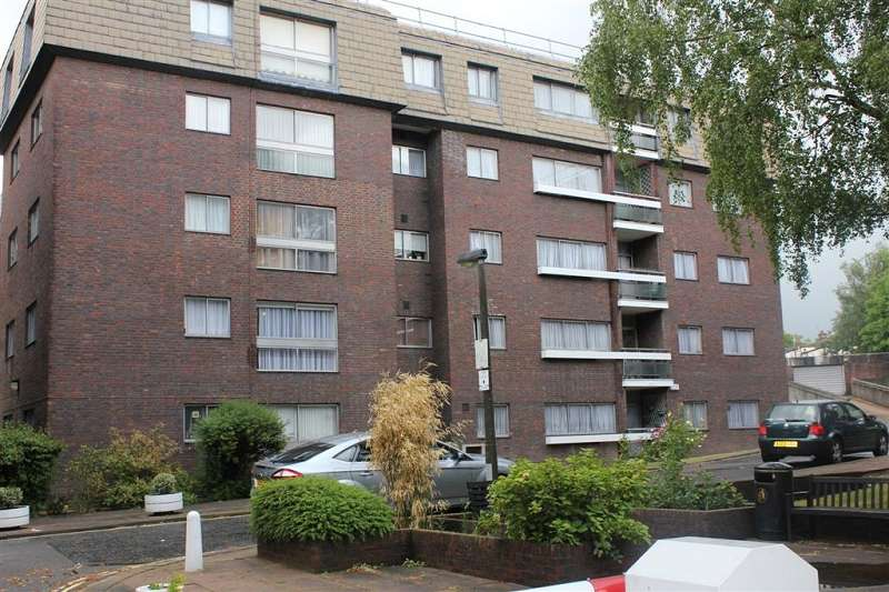 3 Bedrooms Property for sale in Lodge Close, Edgware, Greater London. HA8 7RL