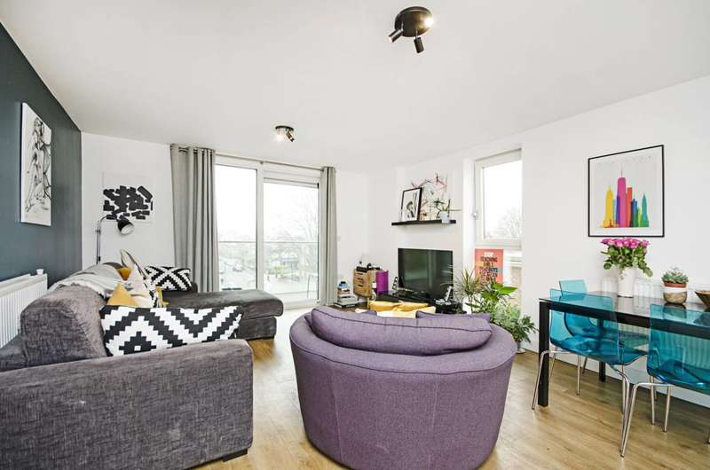 3 Bedrooms Flat for sale in Roseberry Place, Dalston, E8