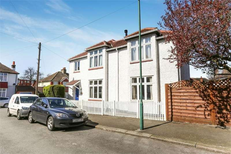 5 Bedrooms Detached House for sale in Wallace Crescent, CARSHALTON, Surrey