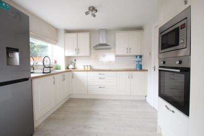 3 Bedrooms End Of Terrace House for sale in McCallum Road, Larkhall, South Lanarkshire