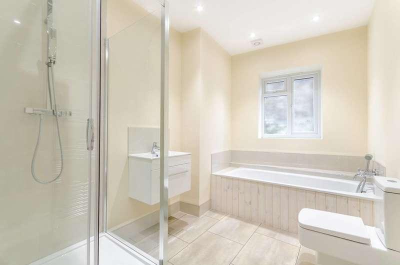 2 Bedrooms Flat for sale in Queensmead Road, Bromley, BR2