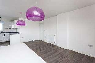 3 Bedrooms Flat for sale in London Road, Wallington, .