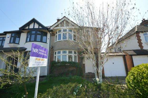 3 Bedrooms Semi Detached House for sale in Bolton Road, Chessington