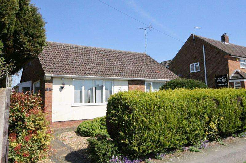 2 Bedrooms Bungalow for sale in Fairgreen Road, Caddington, Bedfordshire.**** GARAGE DRIVEWAY PARKING ****