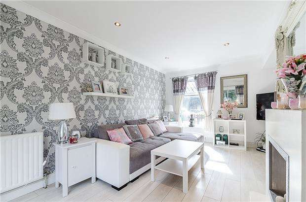 3 Bedrooms End Of Terrace House for sale in Goodenough Way, Coulsdon, Surrey, CR5 1BS