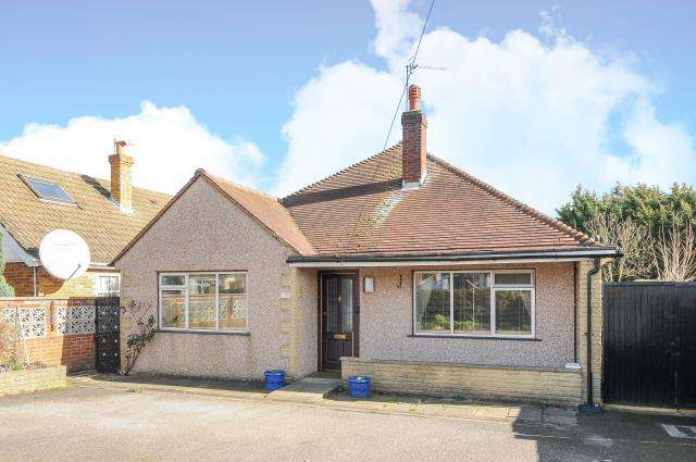 3 Bedrooms Detached Bungalow for sale in Vicarage Road, Sunbury on Thames, TW16
