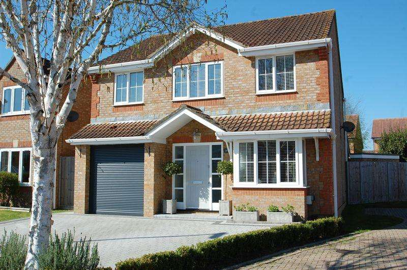 4 Bedrooms Detached House for sale in Nightjar Close, Horndean, Hampshire. PO8