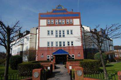 2 Bedrooms Flat for sale in Montrose Court, Market Street, Wirral, Merseyside, CH47