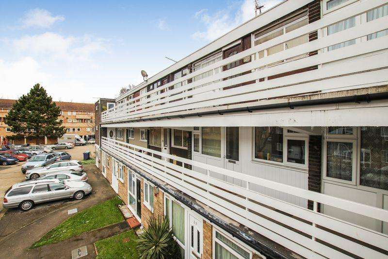 2 Bedrooms Flat for sale in Peartree Close, South Ockendon