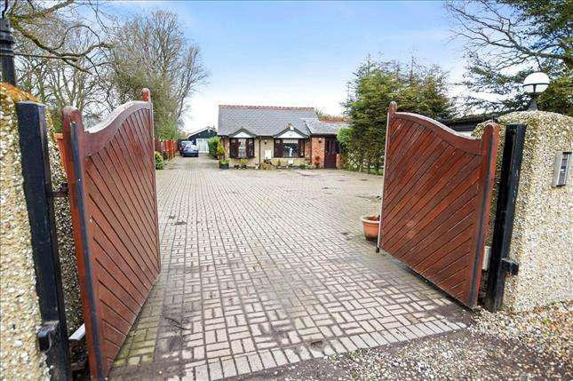 5 Bedrooms Bungalow for sale in Bennetts Avenue, Rettendon Common, Chelmsford, CM3 8EF