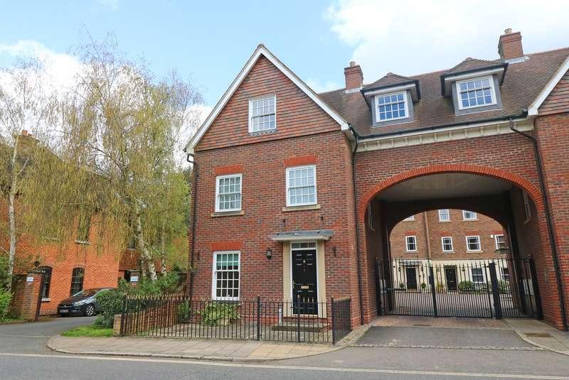 3 Bedrooms Duplex Flat for sale in Farriers Court, London Road, Horsham, West Sussex, RH12