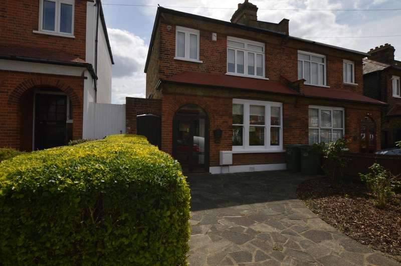 3 Bedrooms Semi Detached House for sale in Dumbreck Road London SE9