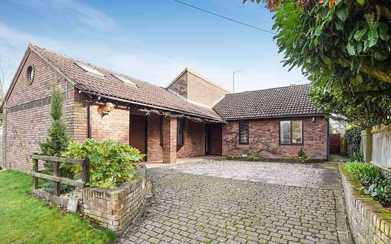 3 Bedrooms Detached House for sale in Aston Rd, HADDENHAM, HP17