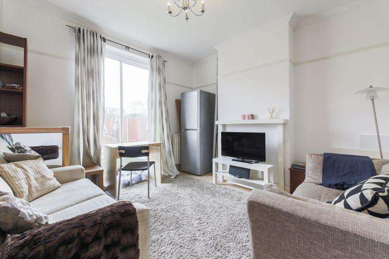 3 Bedrooms Terraced House for sale in Greenock Road, London