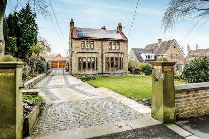 4 Bedrooms Detached House for sale in Fenay Lane, Almondbury, Huddersfield, West Yorkshire