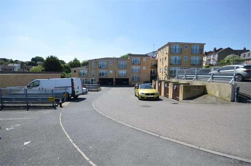 2 Bedrooms Flat for sale in William Court, Ruskin Road, Belvedere