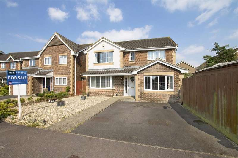 4 Bedrooms Detached House for sale in Fitzroy Drive, Lee-on-the-Solent, Hampshire