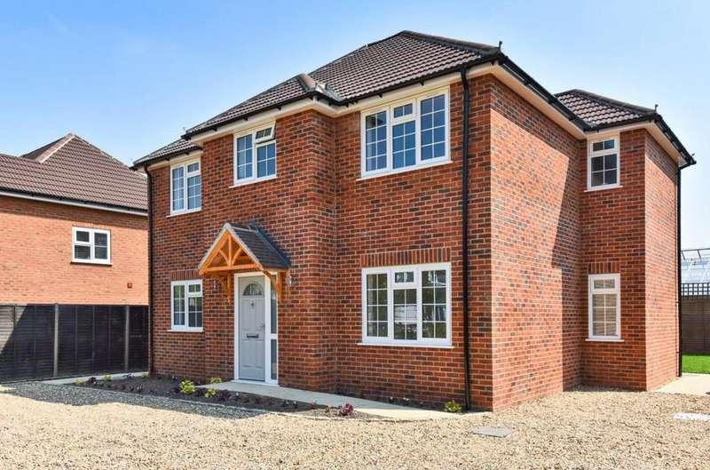 4 Bedrooms Detached House for sale in Eversley, Eversley, Hook, RG27