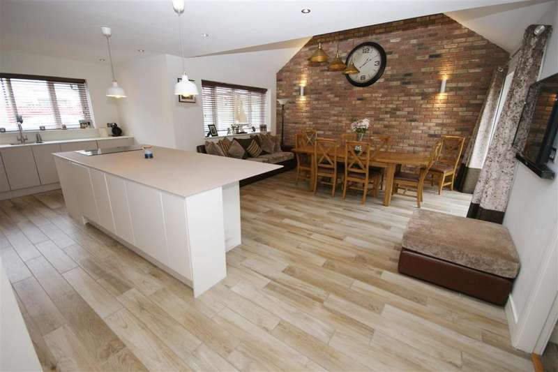 5 Bedrooms Detached House for sale in Crow Wood View, Brighouse