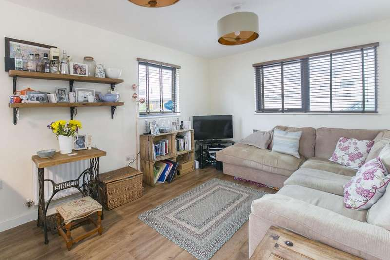 2 Bedrooms Flat for sale in Cairns Avenue, London, SW16