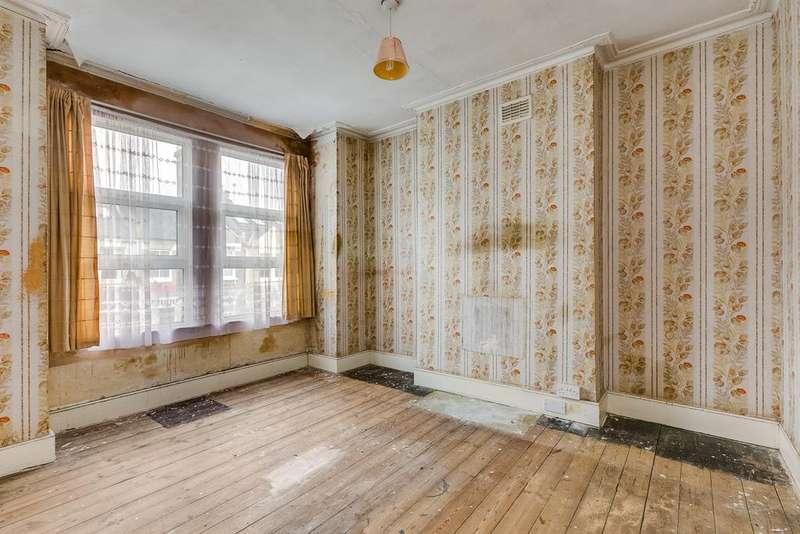 3 Bedrooms Maisonette Flat for sale in Astonville Street Southfields London SW18