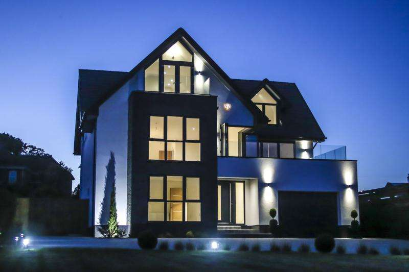 4 Bedrooms Detached House for sale in Stunning Contemporary Residence