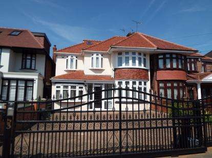 6 Bedrooms Semi Detached House for sale in Clayhall, Essex