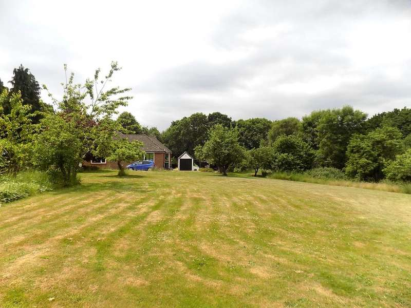2 Bedrooms Detached Bungalow for sale in Lepe Road, Langley SO45