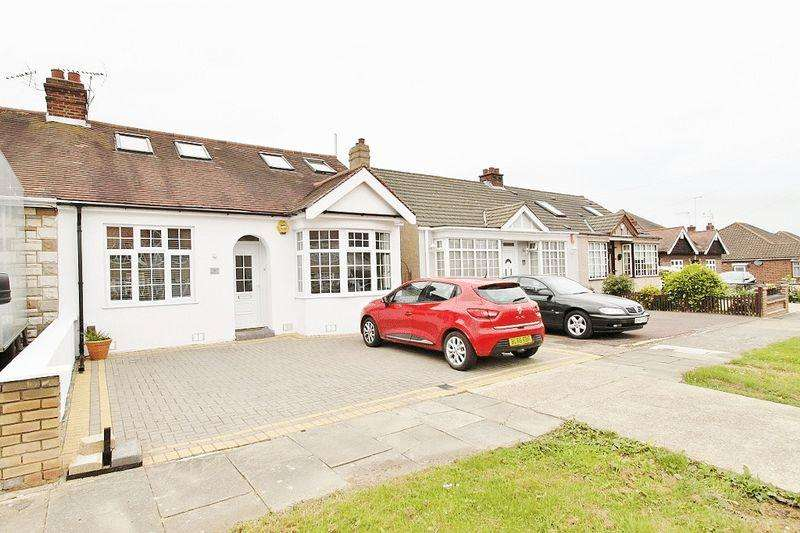 4 Bedrooms Semi Detached Bungalow for sale in Lodge Lane, Romford, RM5