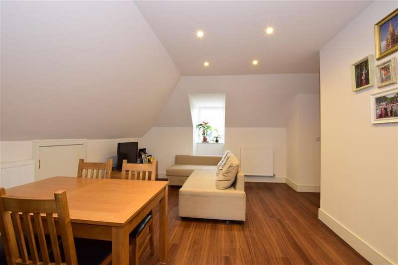 2 Bedrooms Penthouse Flat for sale in Eastwood Road, South Woodford