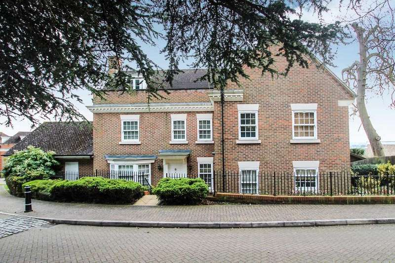 5 Bedrooms Detached House for sale in Dickenswood Close, London, SE19 3LA