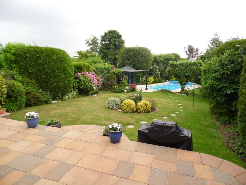 3 Bedrooms Detached House for sale in Warren Close, Rayleigh