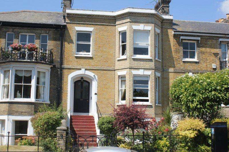 2 Bedrooms Flat for sale in Prittlewell Square, Southend-On-Sea