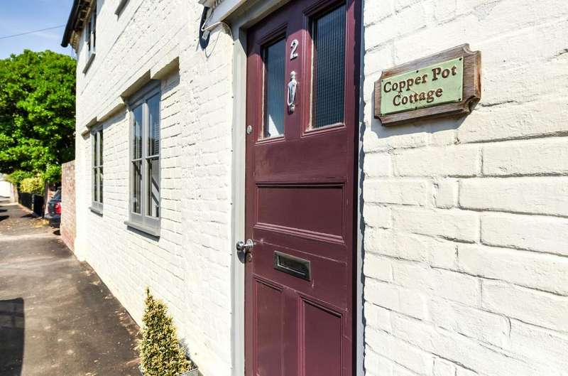2 Bedrooms Semi Detached House for sale in West Street, Hambledon, PO7