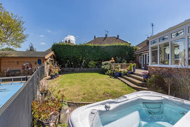 3 Bedrooms Detached Bungalow for sale in Pine Close, Leigh-on-Sea, SS9