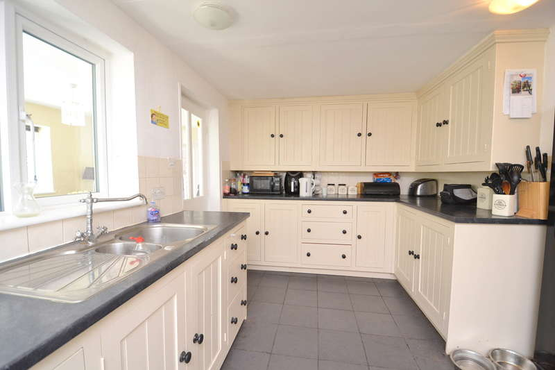 4 Bedrooms Detached Bungalow for sale in Stalbridge, Dorset, DT10