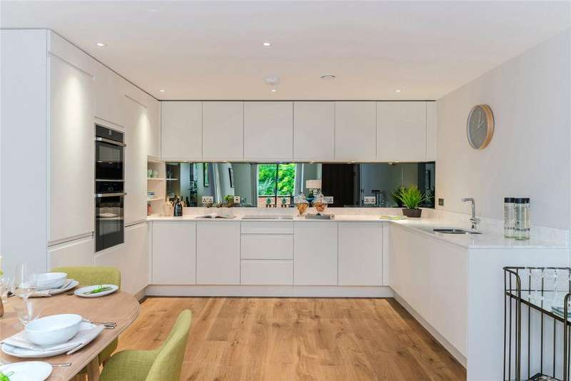 2 Bedrooms Flat for sale in Marsham House, Station Road, Gerrards Cross, Buckinghamshire