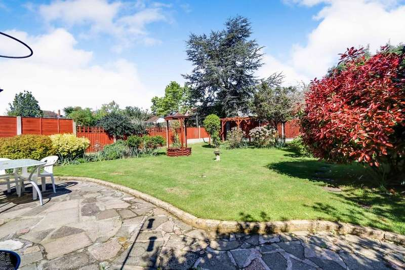 4 Bedrooms Detached Bungalow for sale in Overlooking The Boulevard, Southchurch, Essex