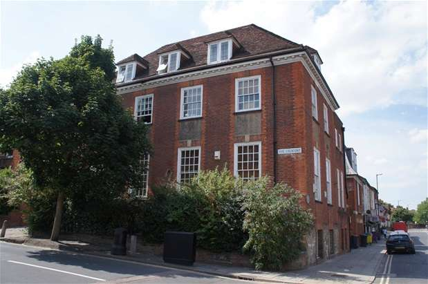 2 Bedrooms Flat for sale in The Crescent, Bedford