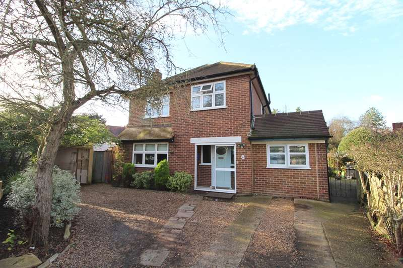 4 Bedrooms Detached House for sale in Echelforde Drive, Ashford, TW15