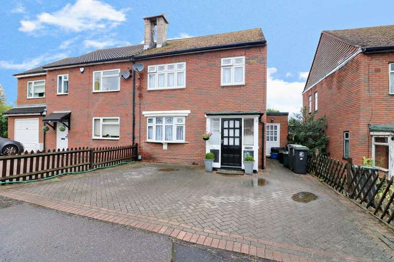3 Bedrooms Semi Detached House for sale in Ibbetson Path, Loughton, IG10