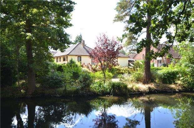 4 Bedrooms Detached Bungalow for sale in Fairland Close, Fleet