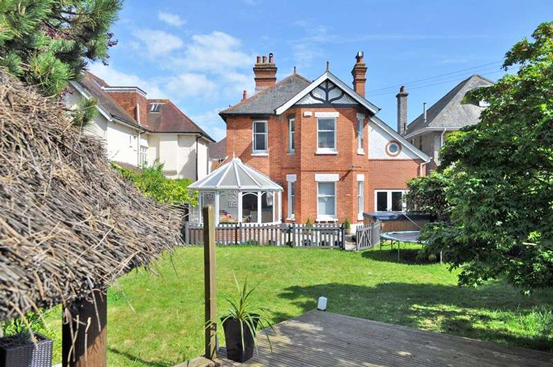 6 Bedrooms Detached House for sale in Stour Road, Christchurch