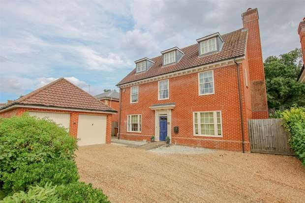5 Bedrooms Detached House for sale in 36 The Howards, North Wootton